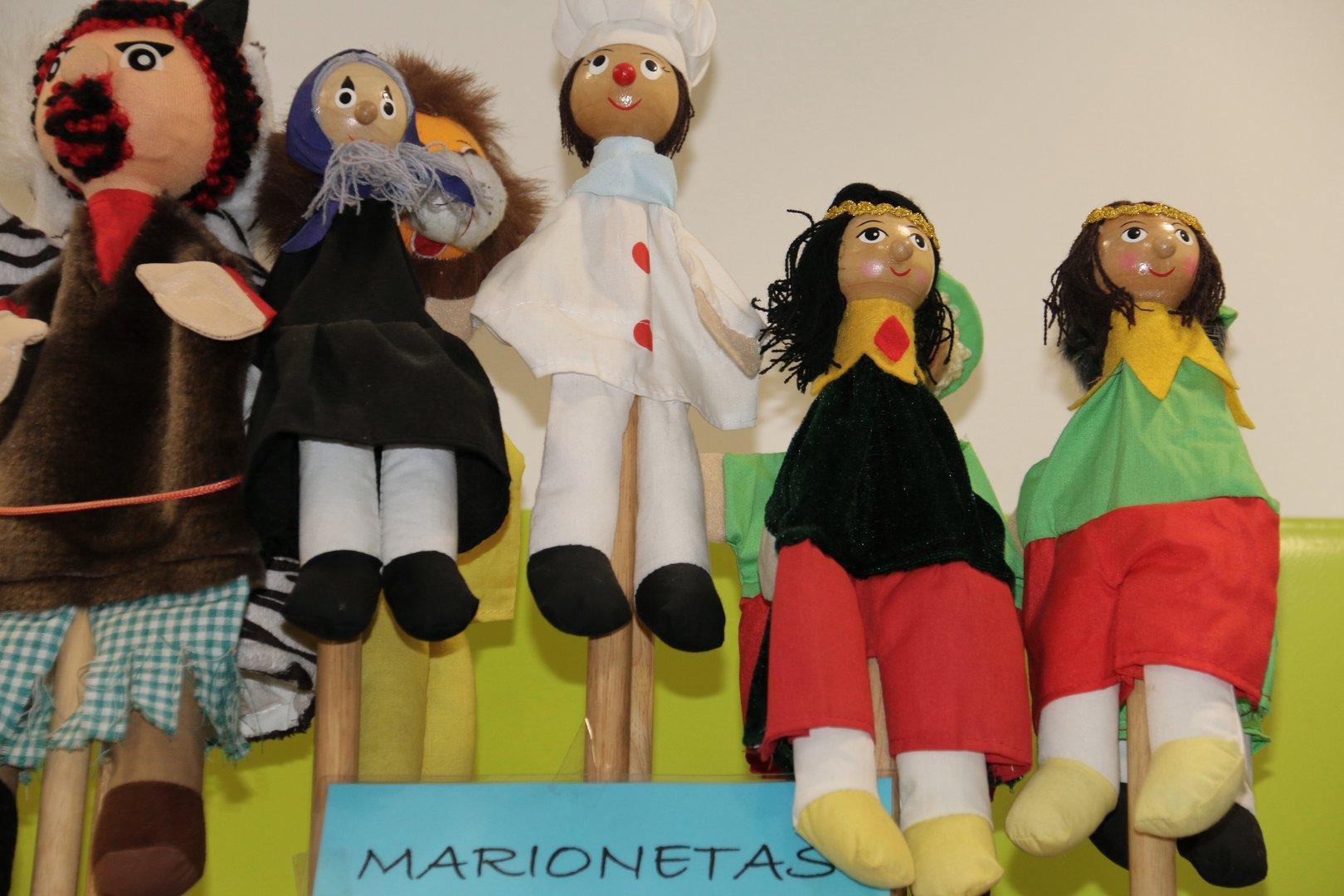 Couche ,juguetes de madera, de hojalata y muñecas 2017