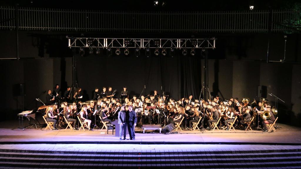 Serafín Zubiri con la Orquesta de Molina cantando a Nino Bravo